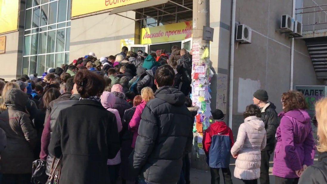 Люди по всій Україні штурмують  секонд-хенди (відео)