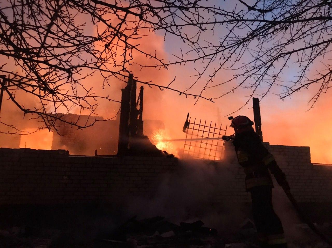 На Донеччині бойовики обстріляли селище – згоріло шість будинків (відео)