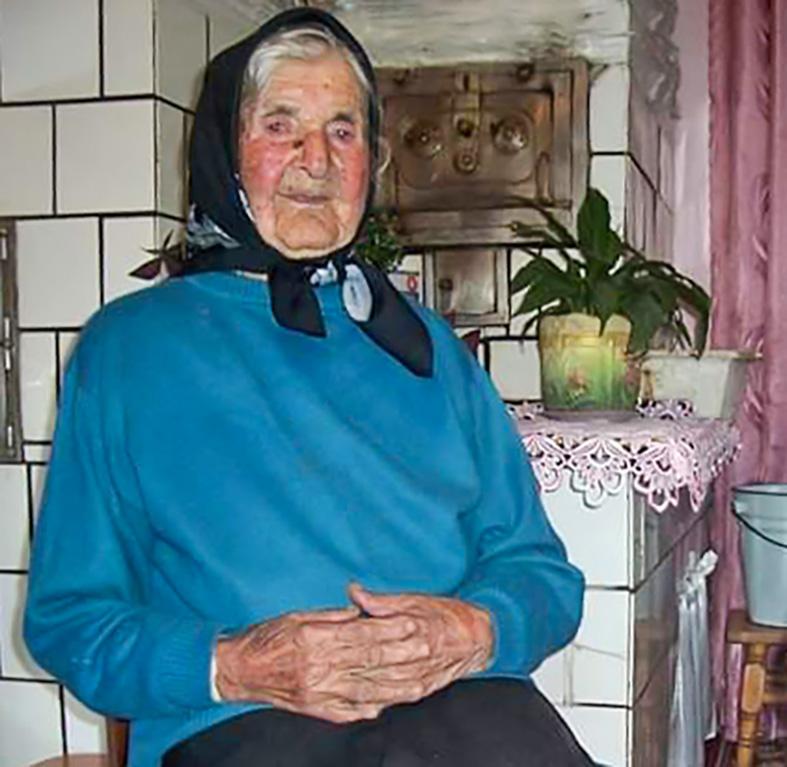 У 105 років бабуся і досі рубає дрова
