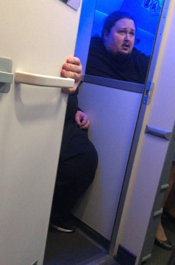 Лука Затравкін застряг в унітазі літака
