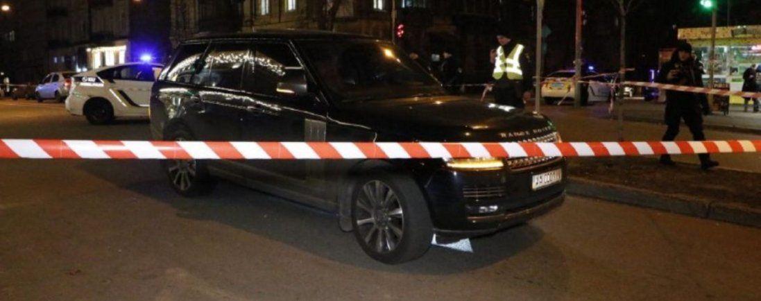 В центрі Києва вбили дитину: невідомі обстріляли престижний Range Rover (фото, відео 18+)