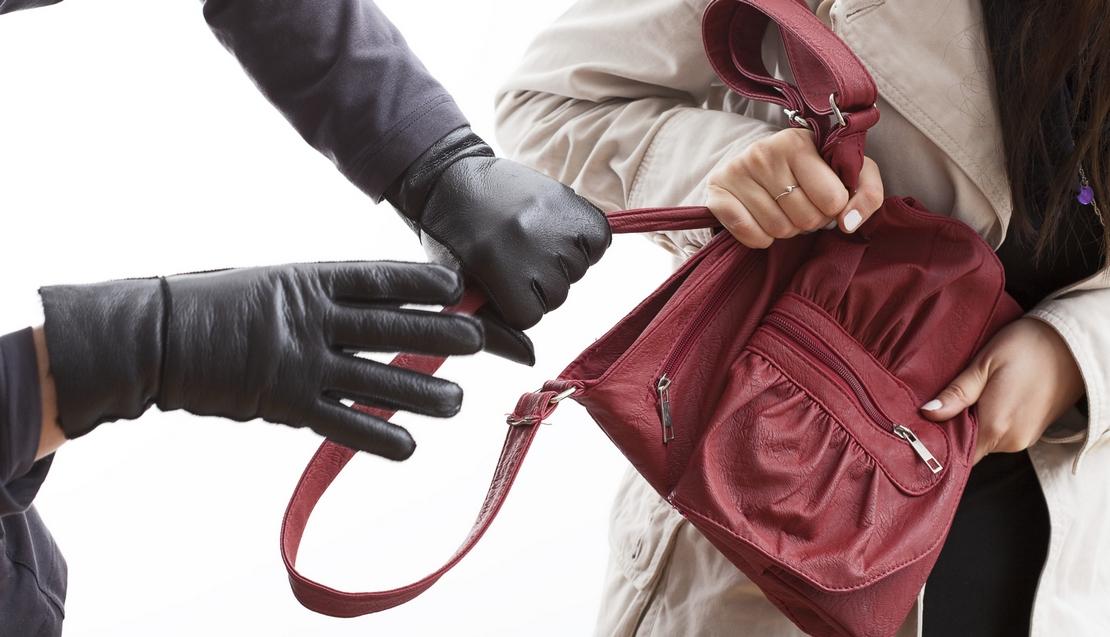 У Луцьку перехожі затримали чоловіка, який вирвав з рук дівчини гаманець