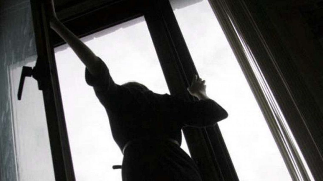 З вікна багатоповерхівки викинулася жінка (фото 18+)