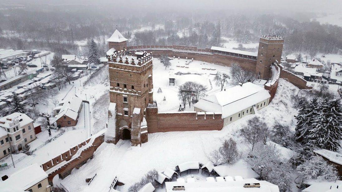 Через сильні снігопади на вулиці Луцька вивели спецтехніку (фото, відео)