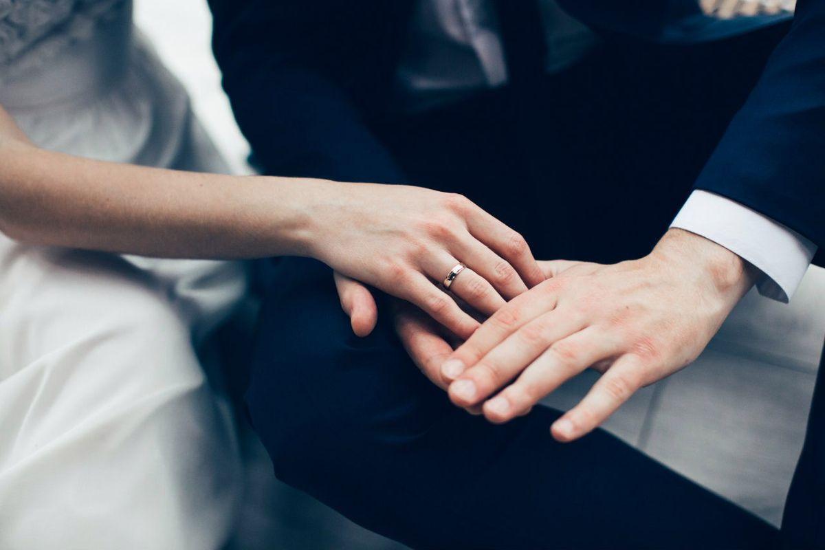 Наречена і наречений сплутали вбрання: мережу порвала історія (фото)