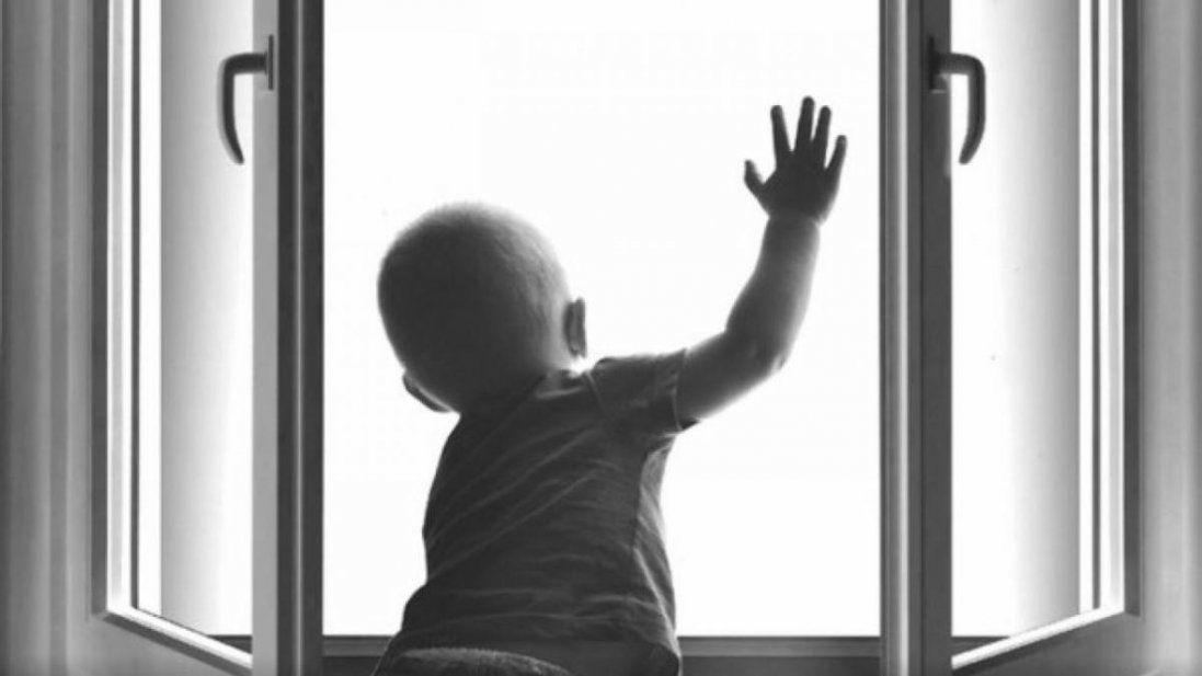 З вікна багатоповерхівки випав маленький хлопчик