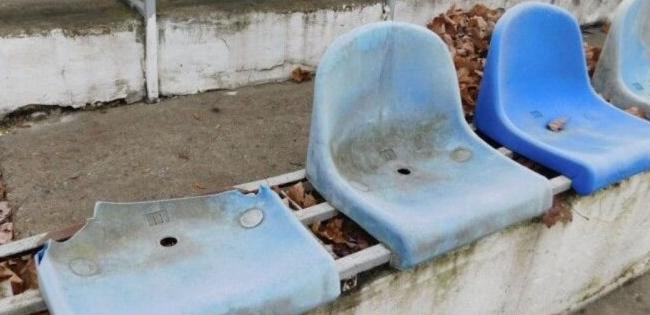У волинському містечку вандали потрощили крісла на стадіоні