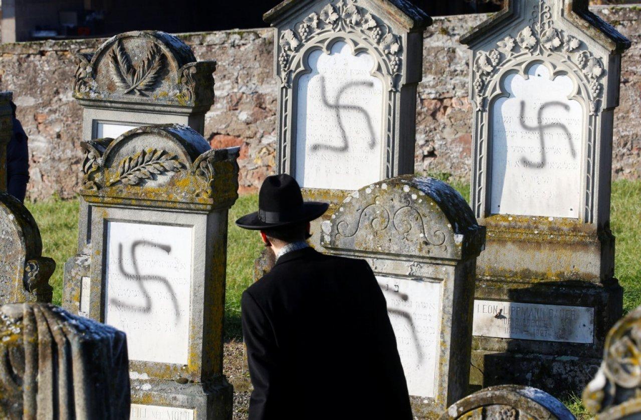 У Франції осквернили свастикою понад 100 могил (фото)
