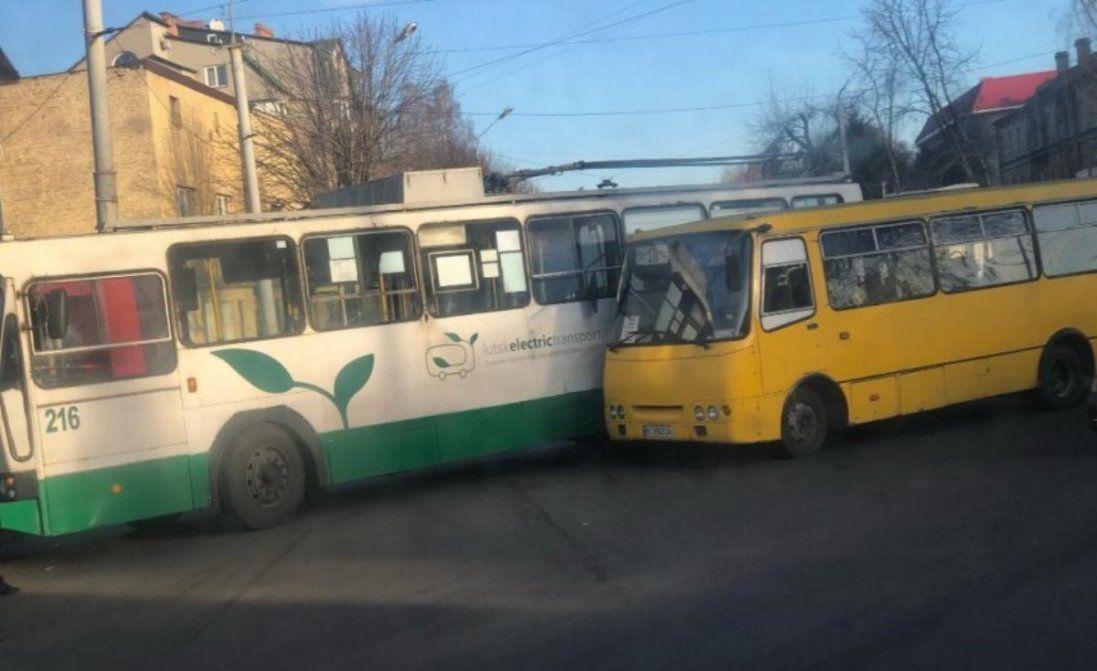 У Луцьку зіткнулися тролейбус, маршрутка і легковик (фото)