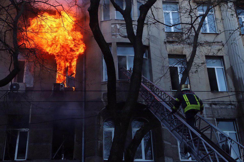Пожежа в Одесі: знайшли перший труп (відео 18+)