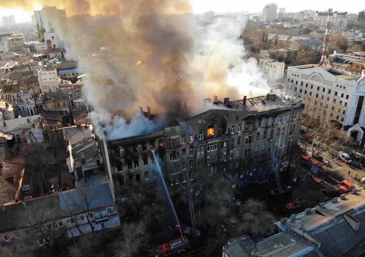 Жертву пожежі в Одесі знайшли живою