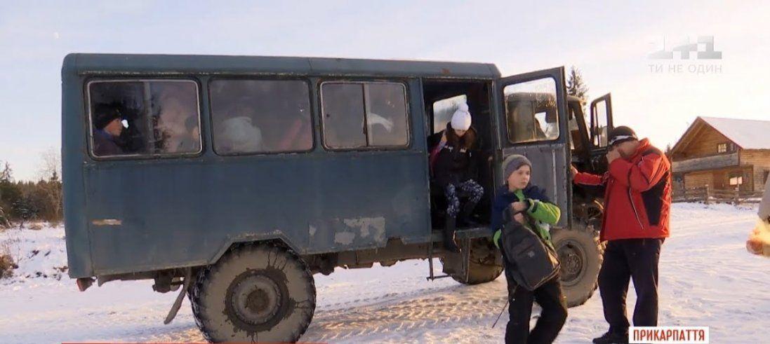Школярам на Прикарпатті подарували іржавий автобус 70-х років минулого століття (відео)
