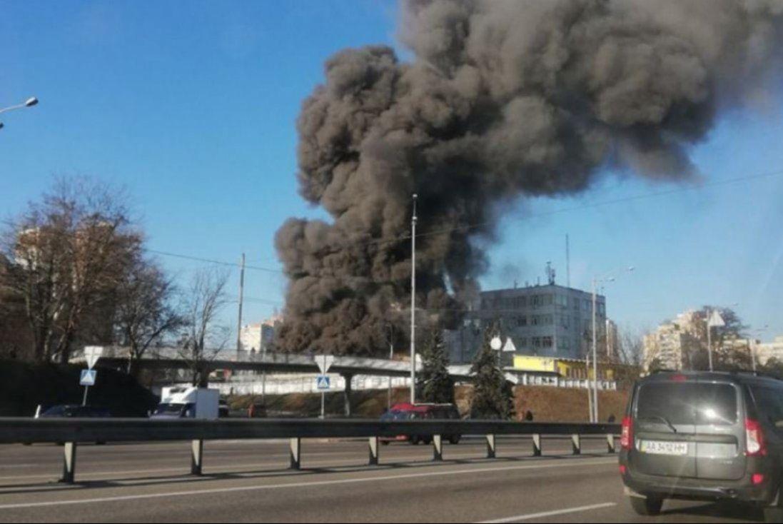 Масштабна пожежа в Києві: горіли склади (відео)