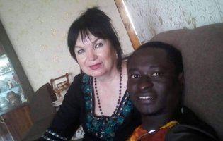 Покинув Африку, щоб одружитися з набагато старшою вчителькою  з України