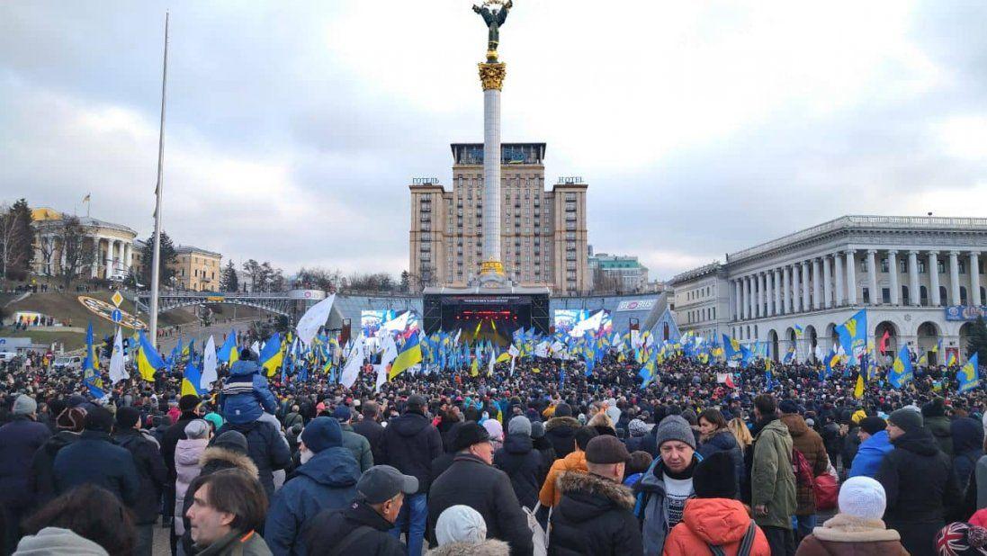 «Червоні лінії для влади»: у Києві на Майдані триває кількатисячне віче (відео)