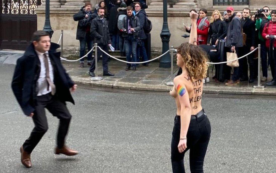 Напівоголені учасниці Femen «передали привіт» Путіну (відео)