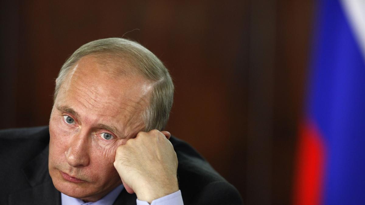 Кортеж Путіна потрапив у курйозну ситуацію в Парижі (відео)