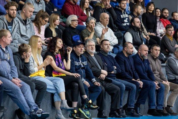 Грегорі Коломойський (у лівому верхньому кутку) під час матчу проти