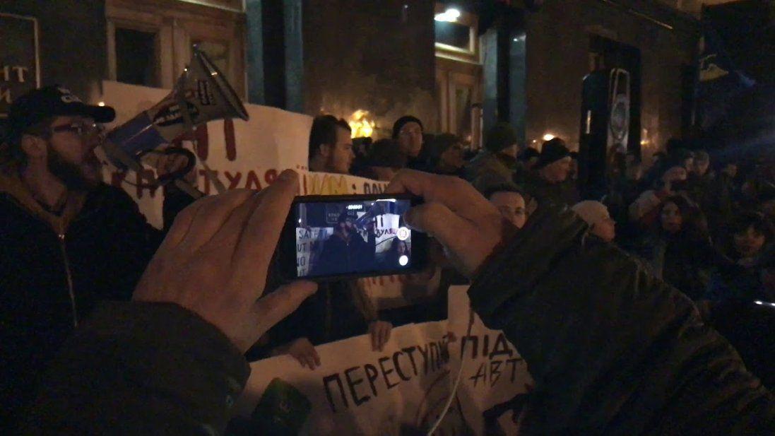 «Зеленський не здав Україну» – мітингувальники пішли з Банкової