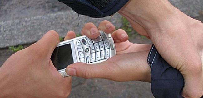 В лучанина на зупинці «віджали» телефон