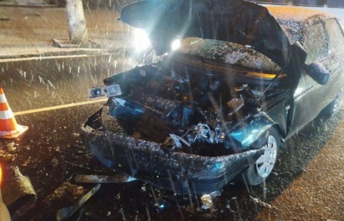 ДТП у Луцьку: легковик врізався в маршрутку, водія вирізали з розбитого авто (фото)
