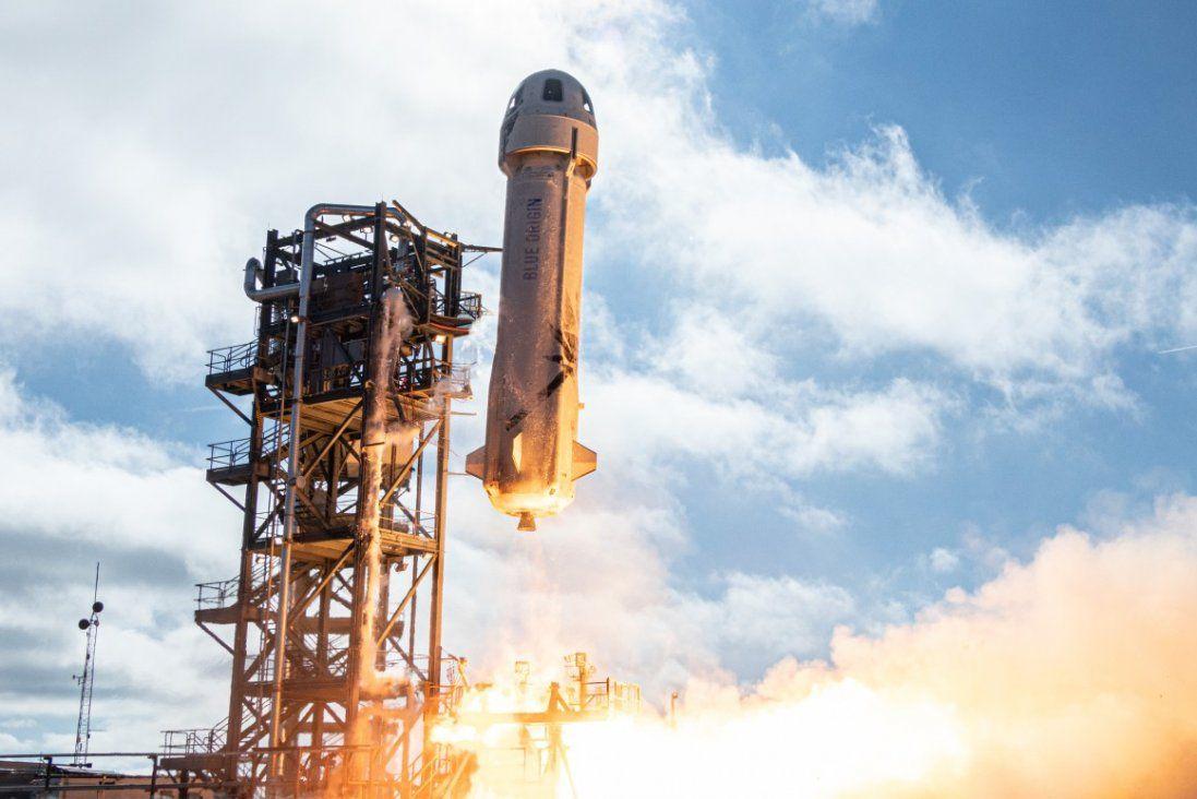 В Америці успішно запустили ракету Безоса, яка відправить туристів у космос