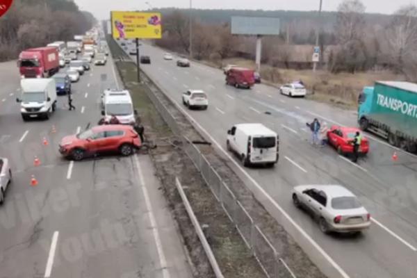 У Києві авто після страшного зіткнення вилетіло на зустрічку