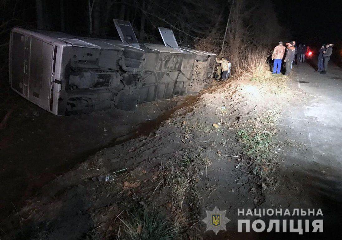 На Житомирщині автобус з'їхав у кювет і перекинувся: є постраждалі (фото)