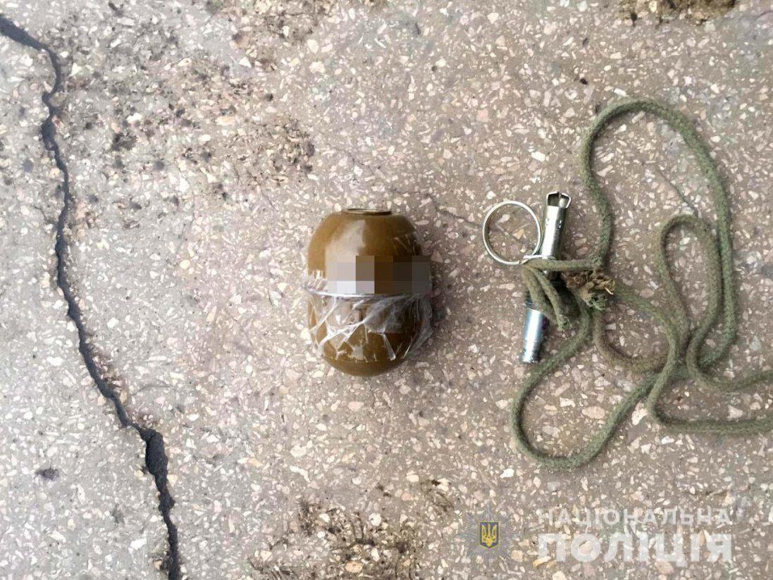 На Рівненщині підприємцю до дверей причепили гранату (фото)