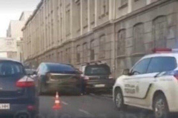В Одесі Tesla протаранила п'ять автівок