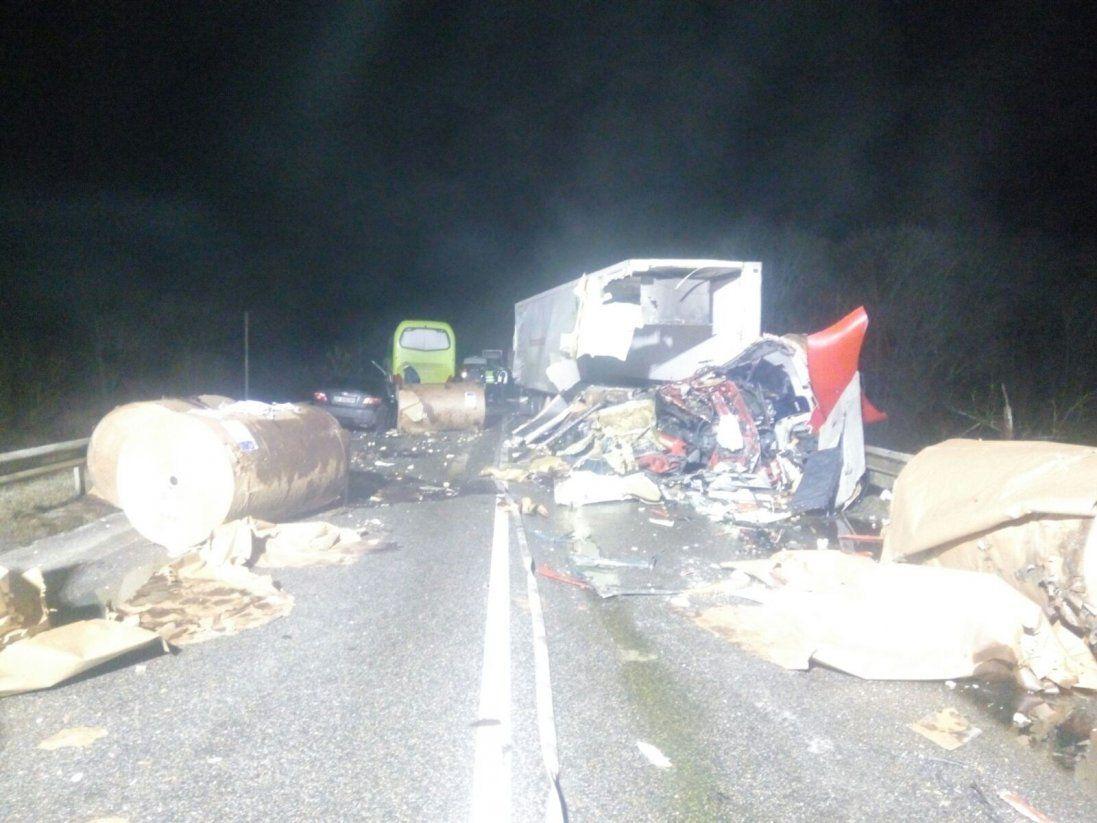 На Чернігівщині зіткнулися автобус і вантажівка: багато загиблих і потерпілих