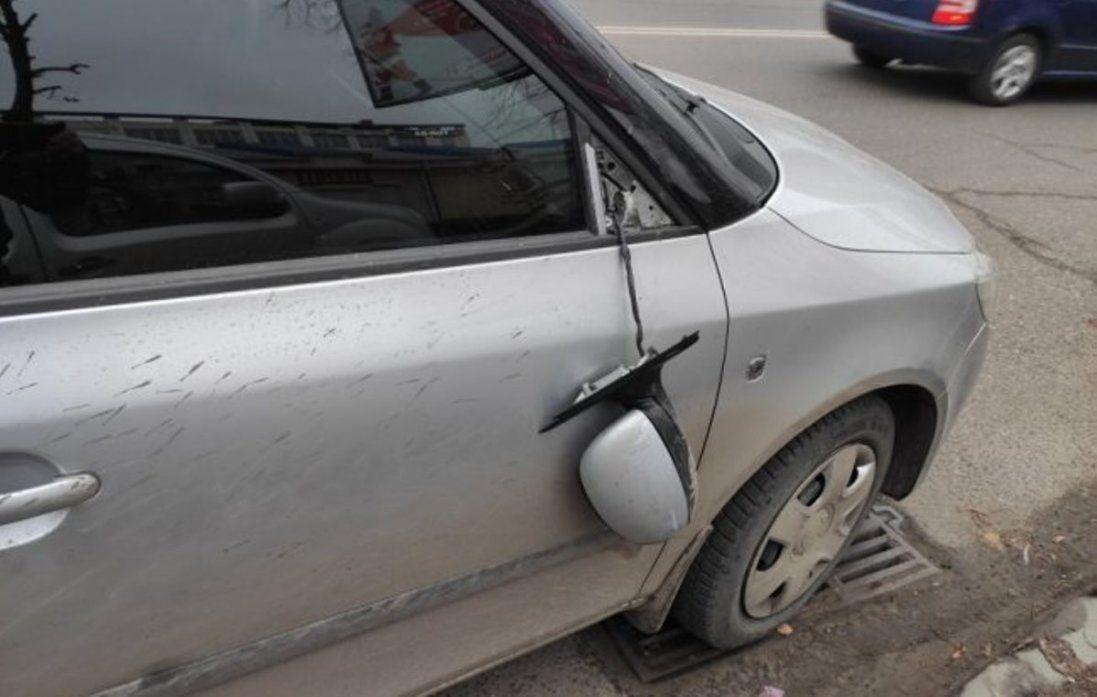 Конфлікт між пішоходом і водієм у Луцьку закінчився бійкою і потрощеним автомобілем (фото)