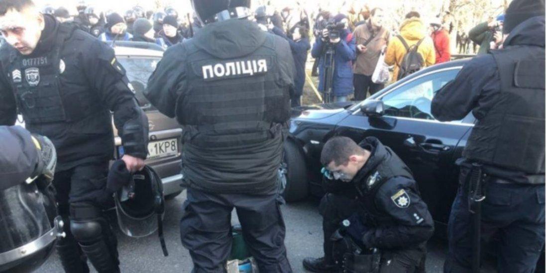 Мітингувальники під Радою облили поліцейських зеленкою і застосували сльозогінний газ