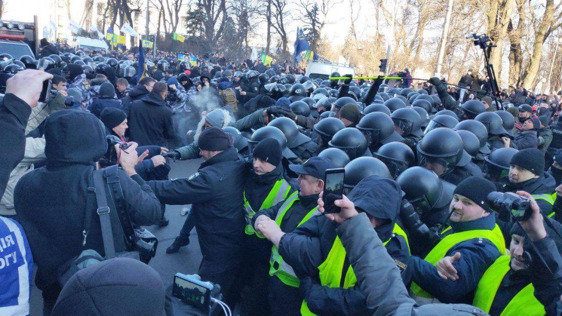 У хід ідуть вогнегасники, палиці та газ – сутички у Києві (відео)