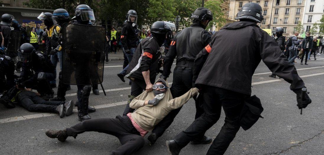 Фаєри, камені, пляшки: у Києві зіткнулися протестувальники та поліція