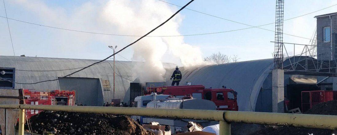 Готувалися зрізати дах: в Одесі - пожежа на ринку (відео)