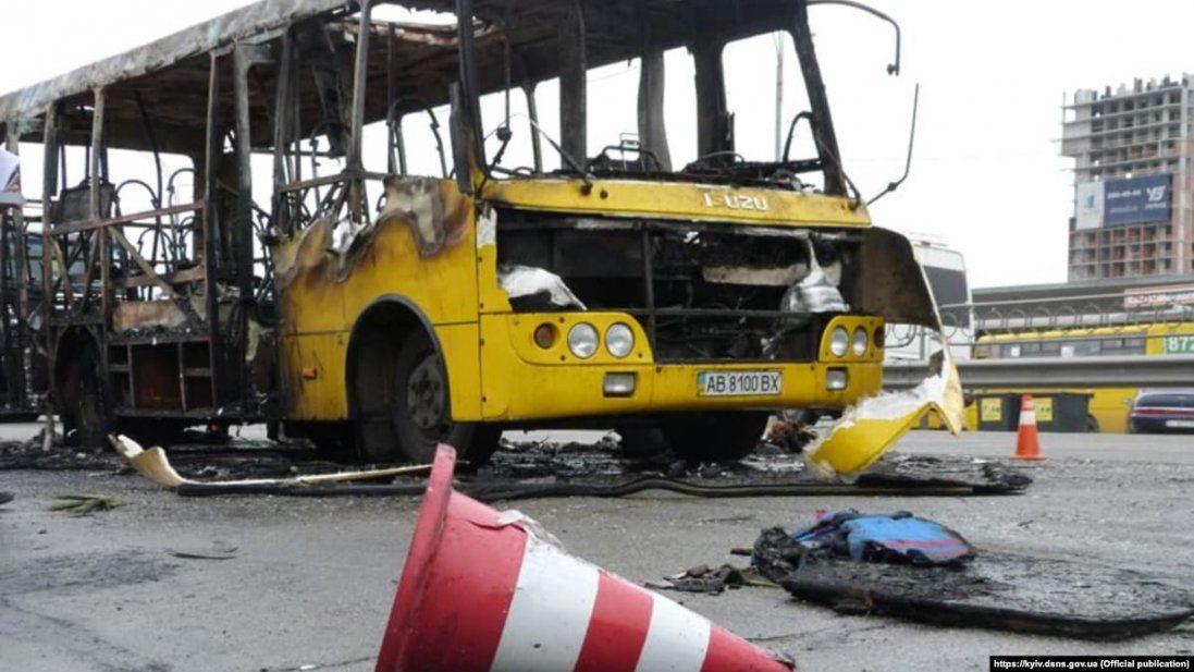 Назвали ймовірну причину пожежі, яка знищила 4 маршрутки в Луцьку