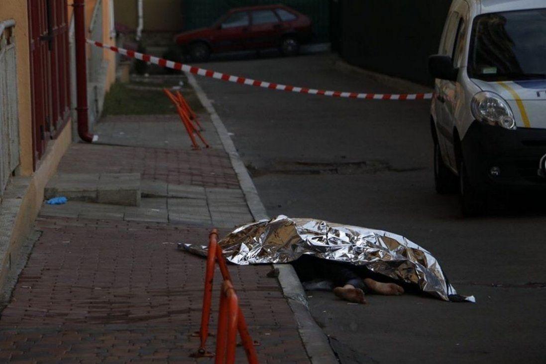 У Києві з вікна багатоповерхівки випала дівчина (фото 18+)