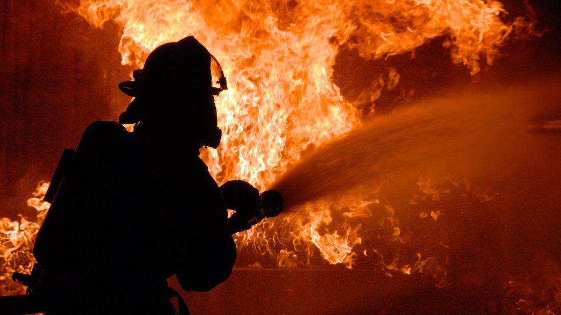 У Києві горить будинок, є загиблі