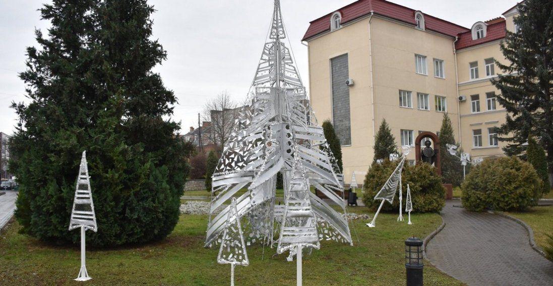 У Луцьку вандали потрощили новорічну інсталяцію (фото)