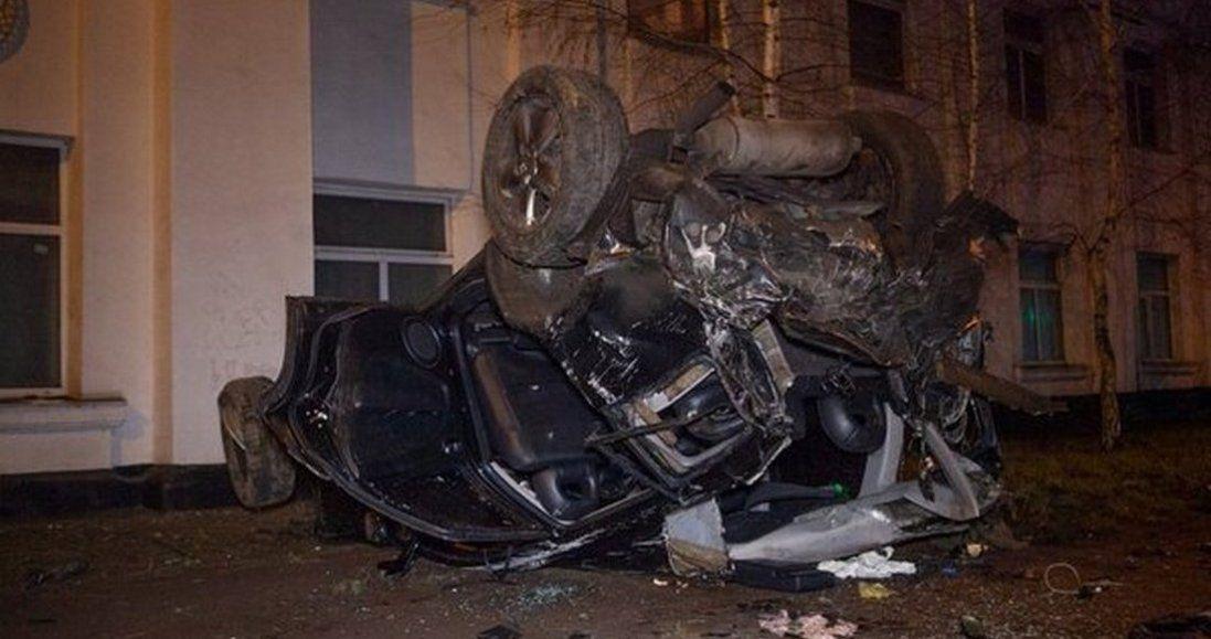 Жахлива аварія в Дніпрі: авто врізалося в будівлю і перекинулося (фото)