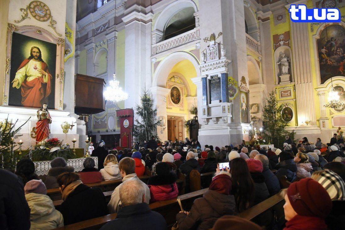 Фото різдвяної служби в костелі святих Петра і Павла в Луцьку