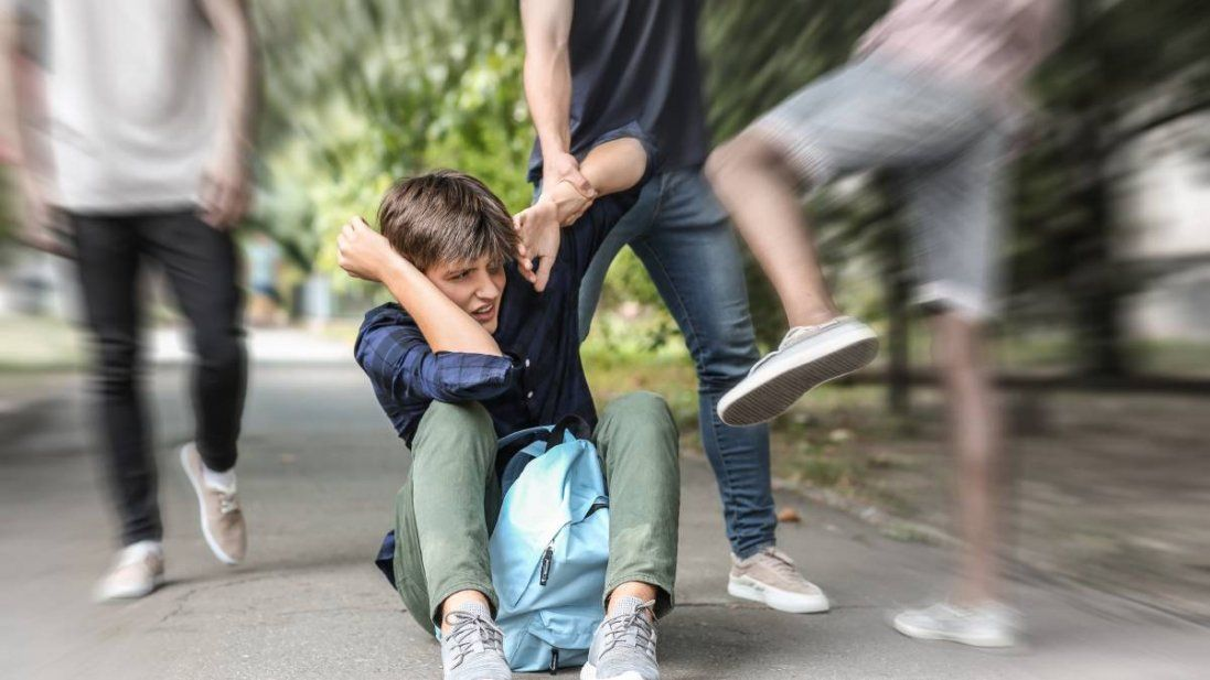Покарали підлітків, які роздягли і катували малолітнього хлопчика