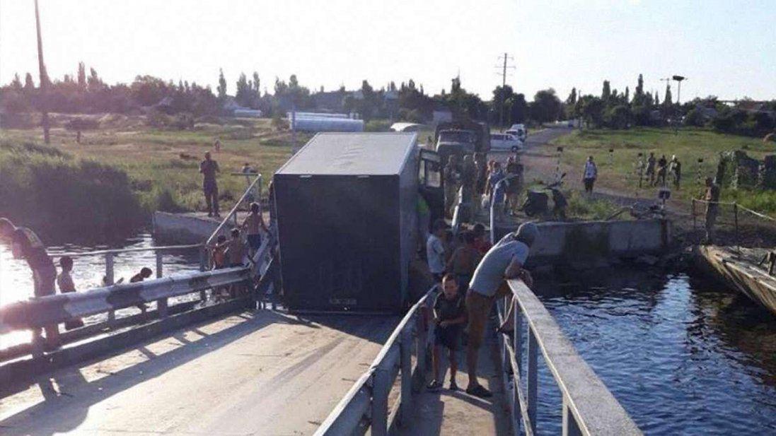У Миколаївській області фура проломила міст (фото+відео)
