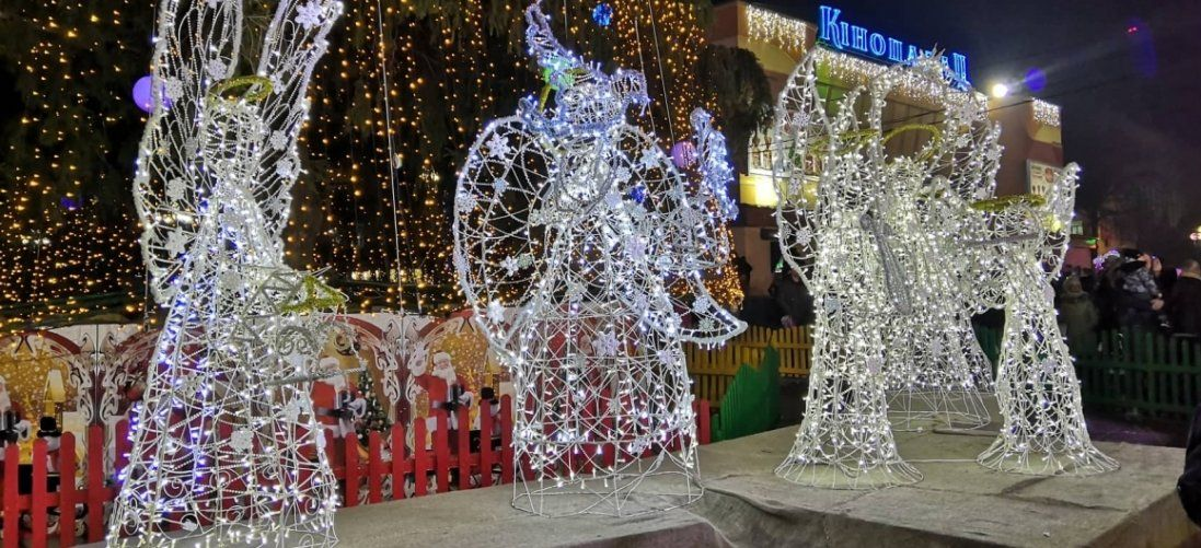 У центрі Луцька засвітили різдвяних янголів: як це було (фото)