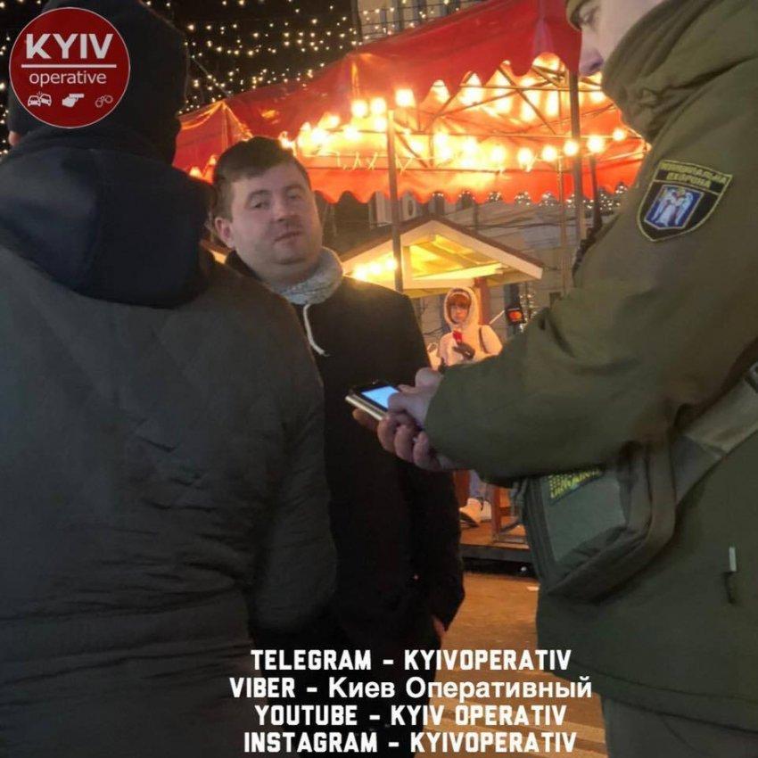 У центрі Києва, на Контрактовій площі, п'яний чоловік розлив два казана з глінтвейном