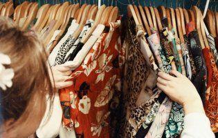 На Львівщині виявили склад контрабандного брендового одягу (відео)