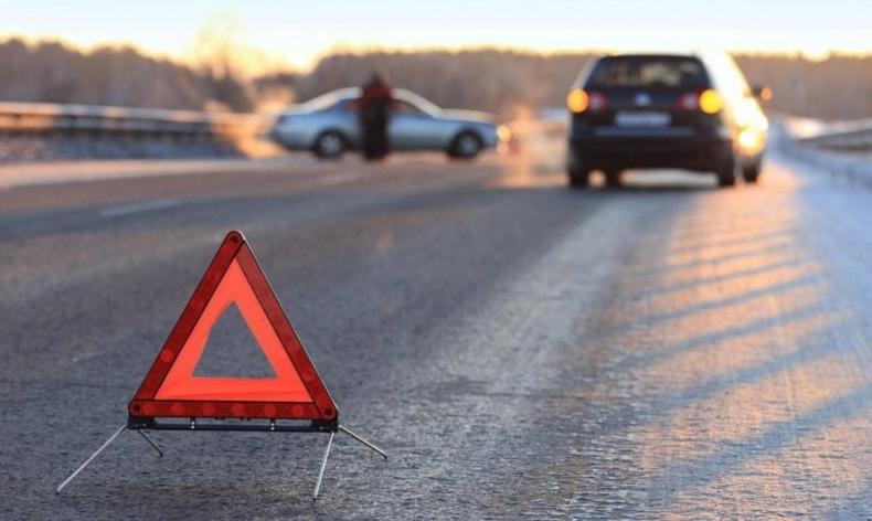 В Одесі авто врізалося в зупинку і перекинулося на іншу машину (фото)