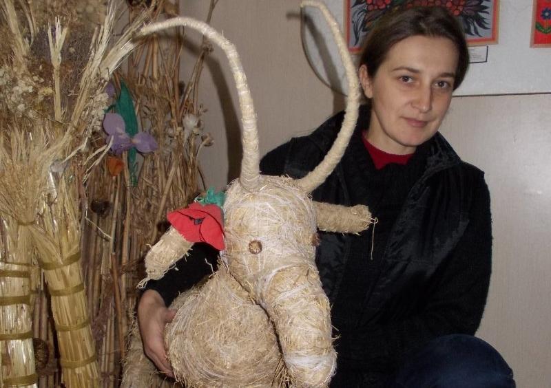 Майстриня виготовляє скульптури з сухих трав