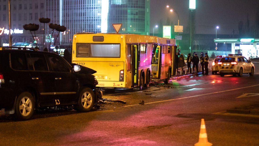 УКиєві позашляховик врізався вавтобус (фото, відео)